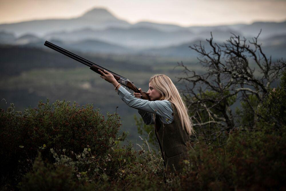 La cacciatrice francese Johanna Clermont posa per una foto in campagna.