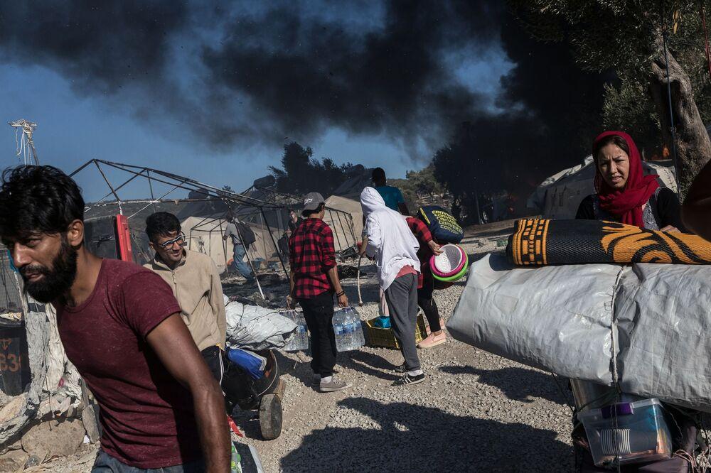 Migranti nel territorio del campo rifugiati Moria, in Grecia, dove si era verificato un incendio.