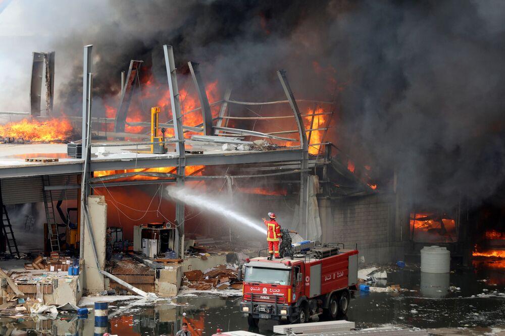 Un incendio nel porto di Beirut.