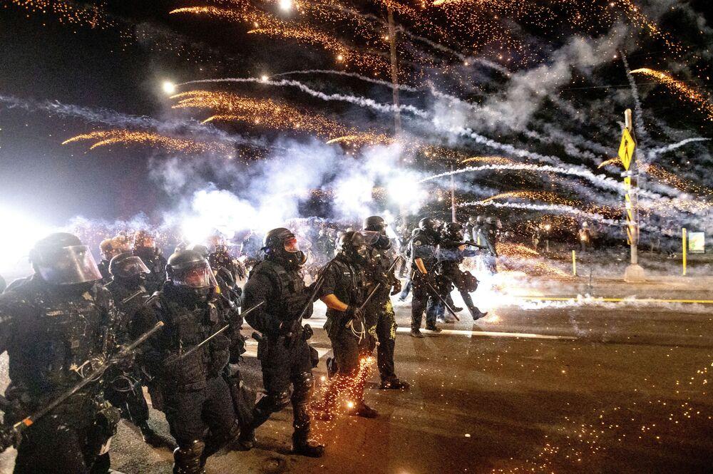 La polizia in azione alle proteste di Portland.