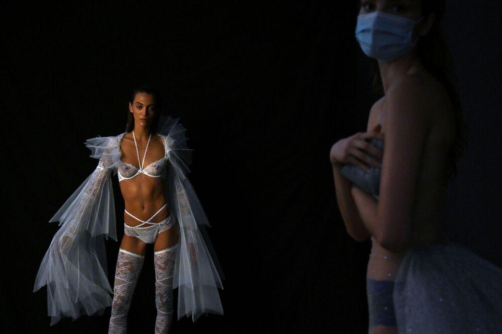 Modelle presentano la collezione del designer spagnolo Andres Sarda alla Mercedes Benz Fashion Week di Madrid.
