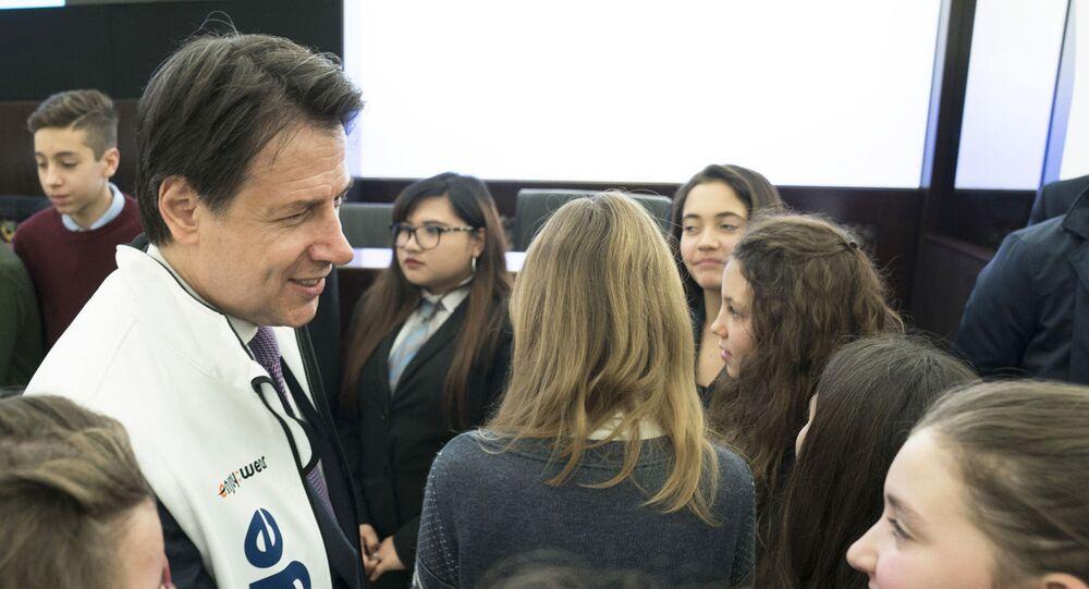 Cyberbullismo, il Presidente Conte alla presentazione della campagna MOIGE. Roma, 06/02/2020 - Il Presidente Conte saluta alcuni giovani partecipanti all'evento.