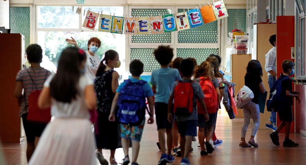Un cartello di Benvenuto in una delle scuole a Roma