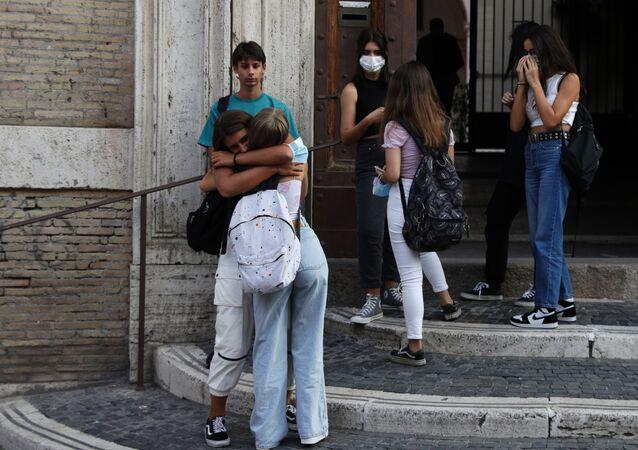 Alunni all'ingresso della scuola, Roma