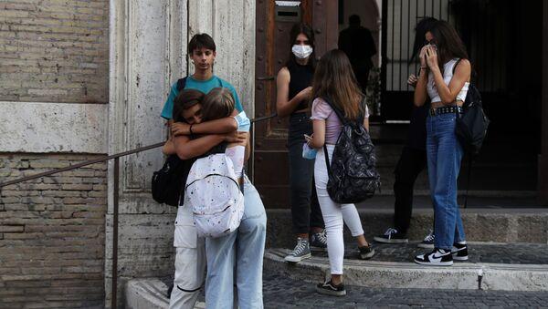 Alunni all'ingresso della scuola, Roma - Sputnik Italia