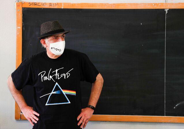 Insegnante di matematica che indossa una mascherina protettiva in una scuola a Roma