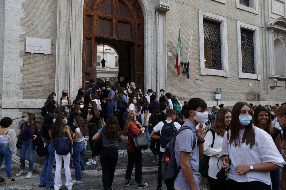 Alunni all'ingresso di una scuola, Roma