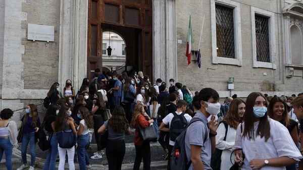 Alunni all'ingresso di una scuola, Roma - Sputnik Italia