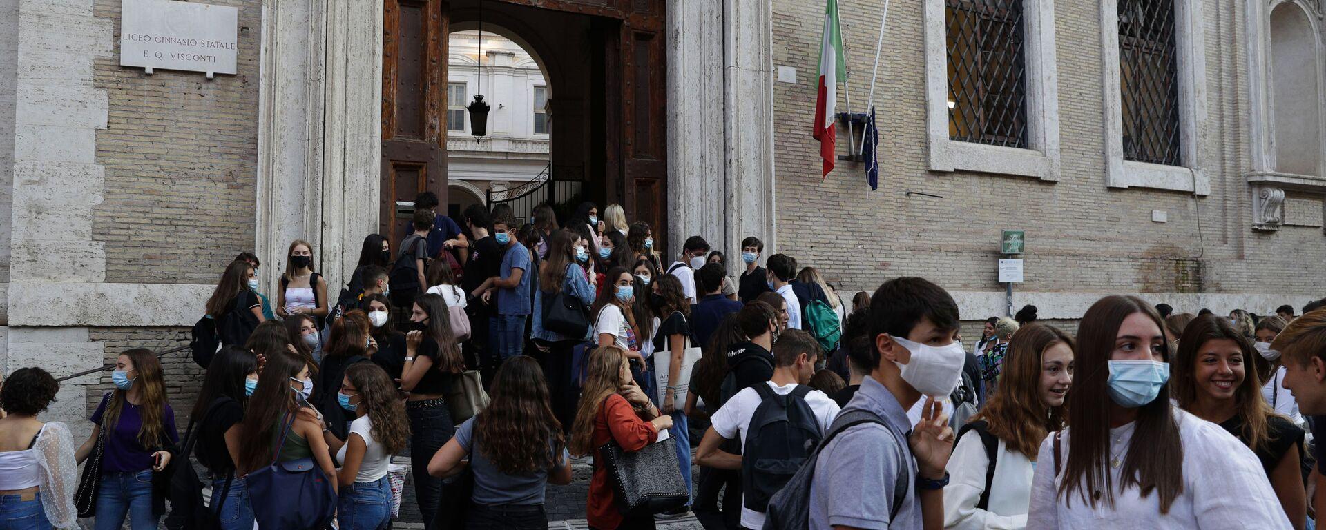 Alunni all'ingresso di una scuola, Roma - Sputnik Italia, 1920, 28.02.2021