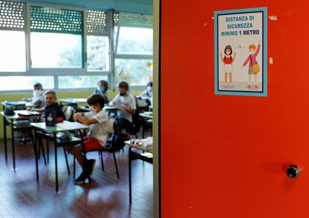 Illustrazione di concetto di allontanamento sociale sulla porta di un'aula presso la Scuola di Simonetta Salacone di Roma, Italia
