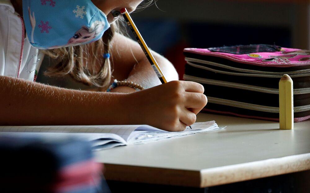 Un'alunna che indossa una mascherina protettiva ad una scuola di Roma, Italia