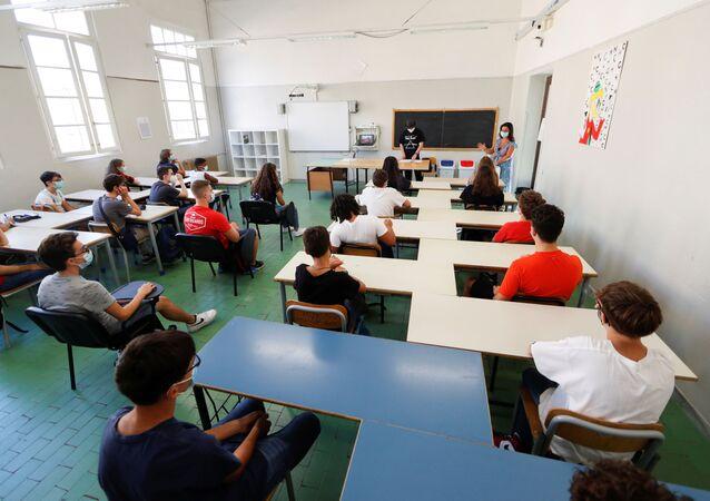 """Il primo giorno dopo una lunga pausa al Liceo Scientifico Statale """"Isacco Newton"""" di Roma, Italia"""