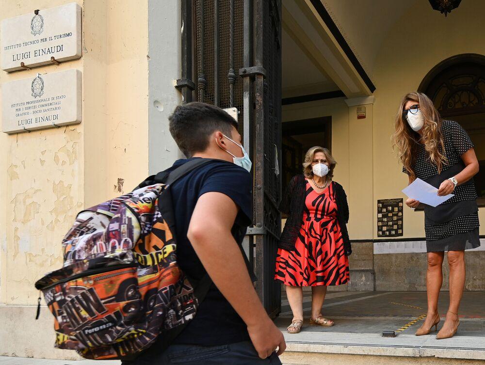 """Alunni e personale dell'Istituto d'Istruzione Superiore """"Luigi Einaudi"""" di Roma prima delle lezioni"""