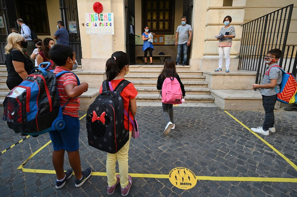 Alunni all'ingresso di una scuola a Roma