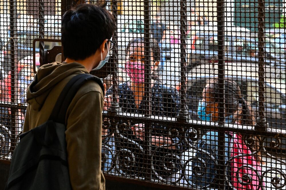 Un alunno saluta i suoi parenti prima di entrare in una scuola a Roma, Italia