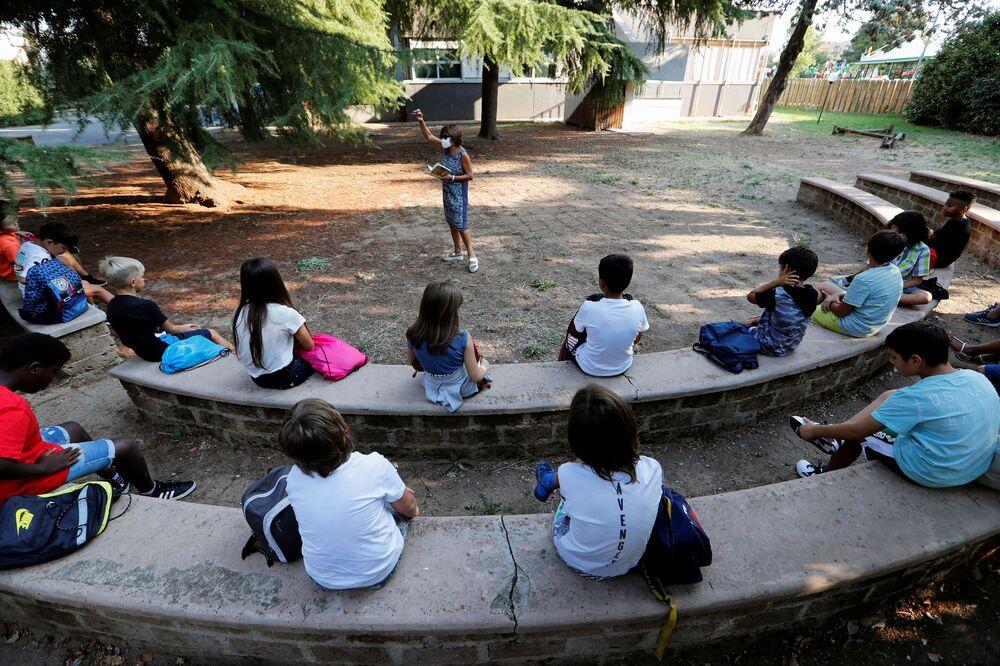 Alunni durante una lezione all'aperto in una delle scuole a Roma dopo riapertura, Italia