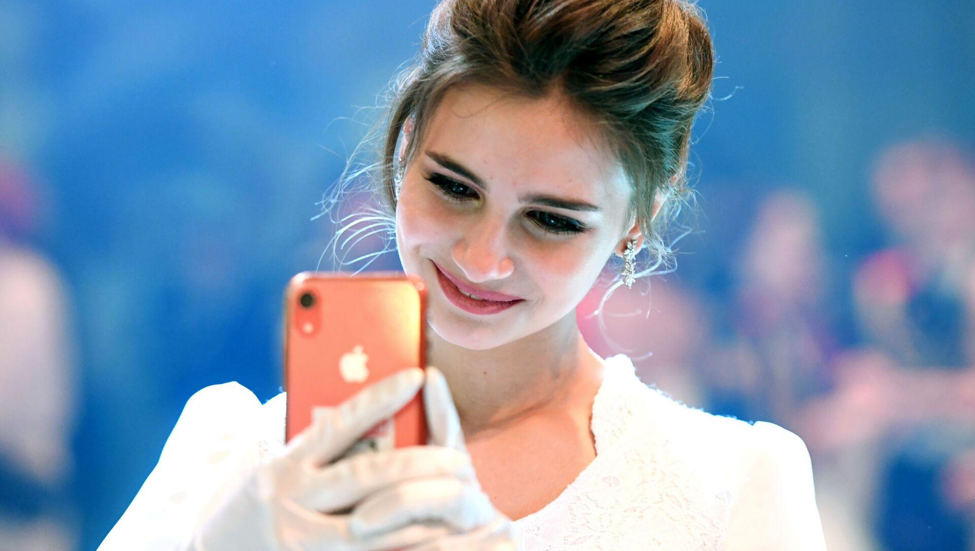 Una ragazza manda messaggi con lo smartphone - Sputnik Italia, 1920, 28.03.2021
