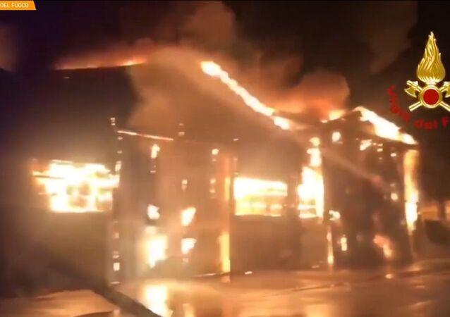 Ancona, vasto incendio nel porto