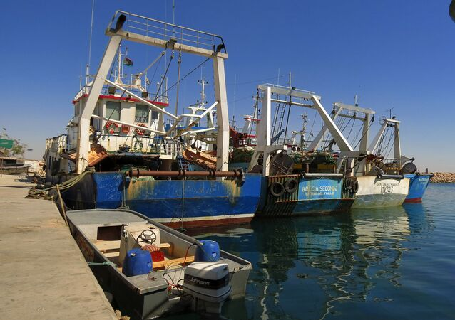 Pescherecci nel porto di Bengasi, Libia