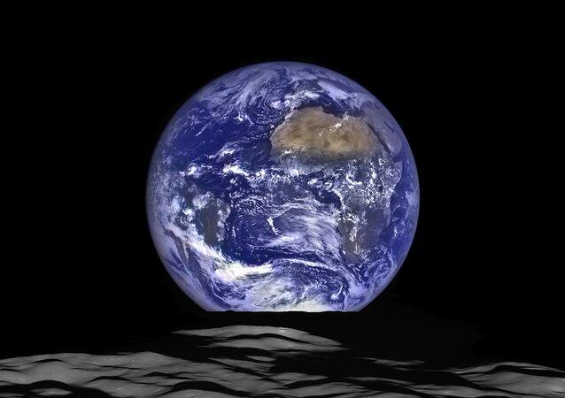 Una veduta della Terra dalla Luna