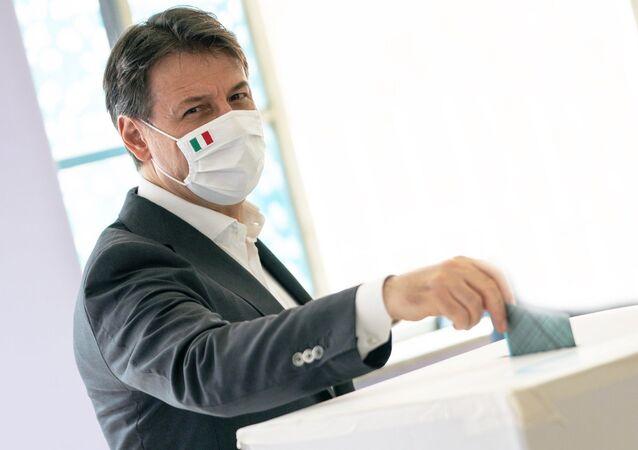 Giuseppe Conte vota al referendum costituzionale