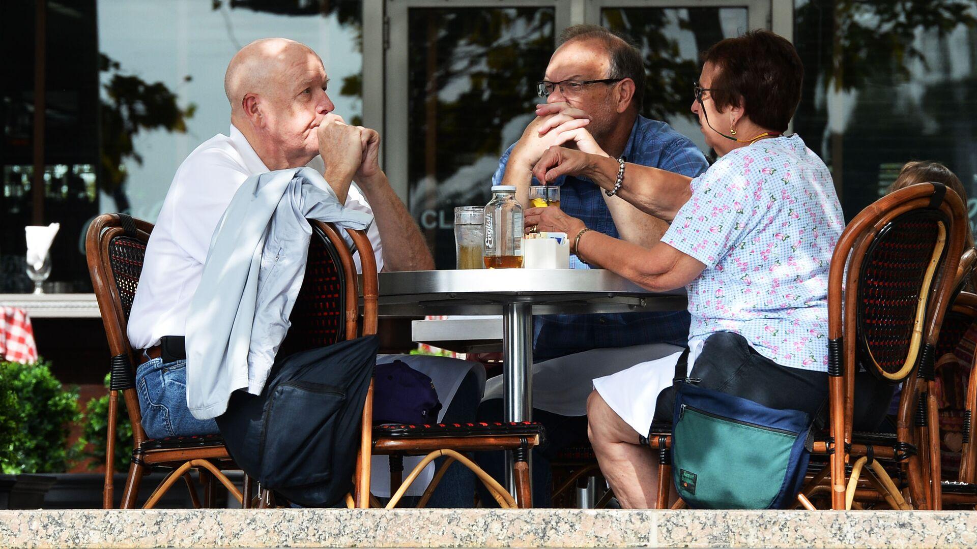 Anziani seduti al tavolino di un bar - Sputnik Italia, 1920, 12.08.2021