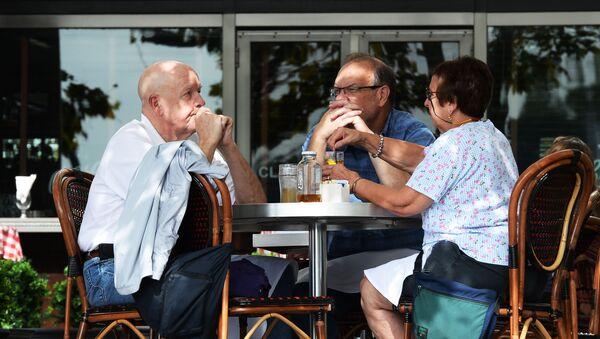 Anziani seduti al tavolino di un bar - Sputnik Italia