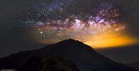 Via Lattea sopra il monte Hehuanshan, una montagna della Catena Montuosa Centrale di Taiwan, spina dorsale dell'isola