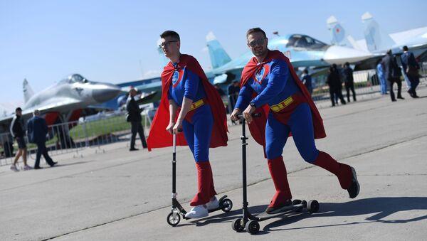 Superman sul monopattino - Sputnik Italia