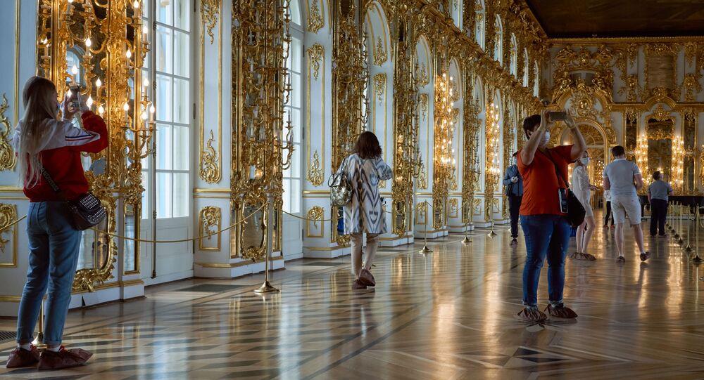 Посетители в Екатерининском дворце  Царское село - Coronavirus in Russia