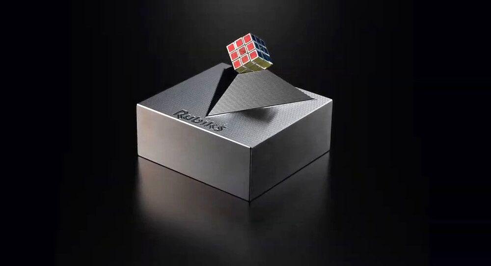 Il cubo di Rubik più piccolo al mondo prodotto dalla società MegaHouse Corp.