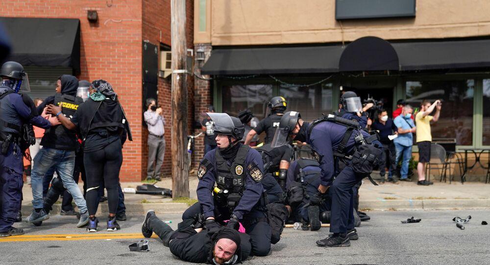 Scontri tra polizia di Louisville e protestanti dopo la sentenza sull'omicidio di Breonna Taylor