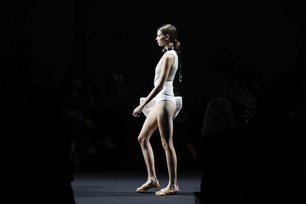 Una modella indossa un abito della collezione Simona Marziali durante Settimana della Moda Milano 2020