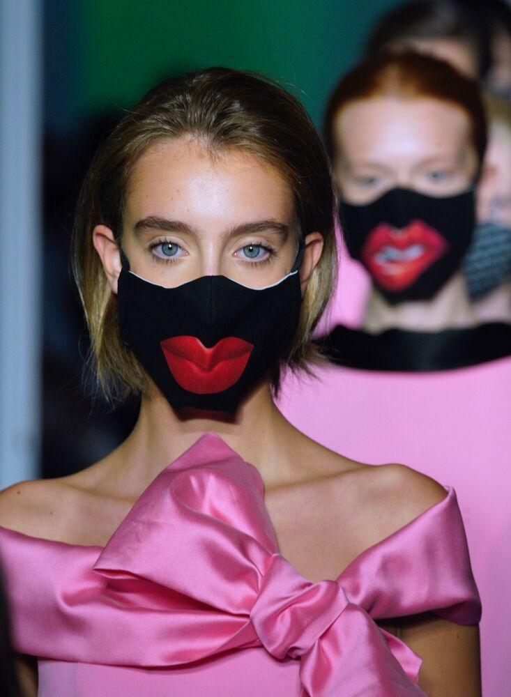 Modelle durante la sfilata di moda Altaroma a Roma alla vigilia della Settimana della Moda Milano