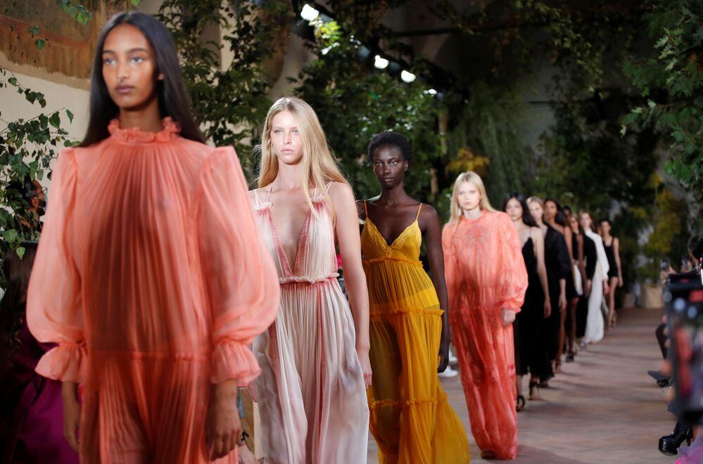 Modelle presentano la collezione di Alberta Ferretti durante la Settimana della Moda Milano
