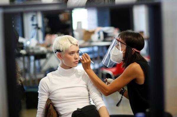Una modella prima della sfilata di Alberta Ferretti durante la Settimana della Moda Milano  - Sputnik Italia