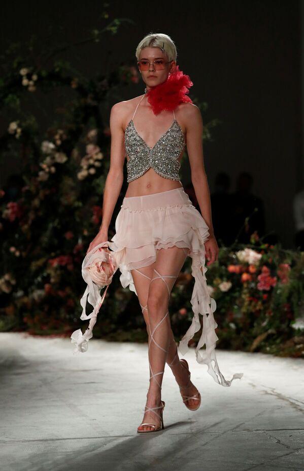 Una modella presenta la collezione Blumarine durante la Settimana della Moda Milano  - Sputnik Italia