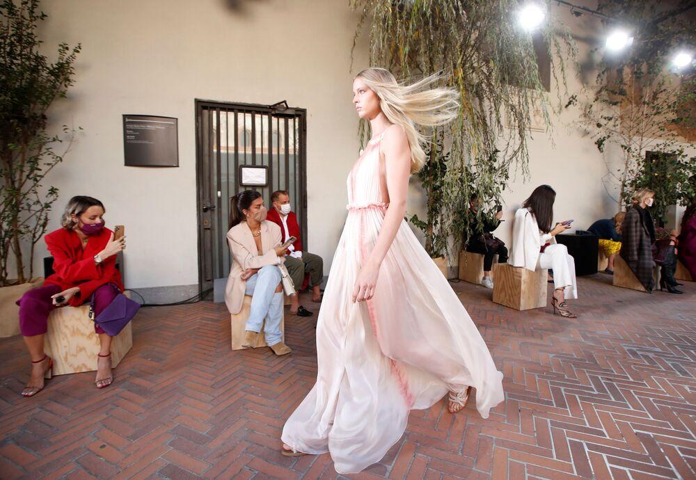 Una modella presenta un abito della collezione di Alberta Ferretti primavera-estate 2021 durante la Settimana della Moda Milano