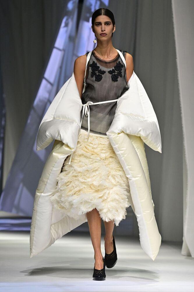 Una modella presenta un abito della collezione Fendi primavera-estate 2021 durante la Settimana della Moda Milano