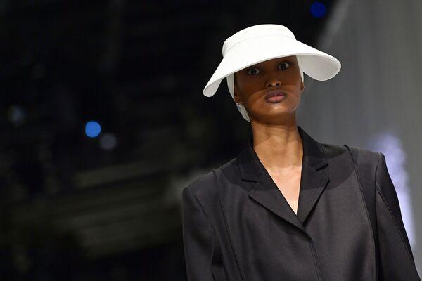 Una modella presenta un abito della collezione Fendi primavera-estate 2021 durante la Settimana della Moda Milano  - Sputnik Italia
