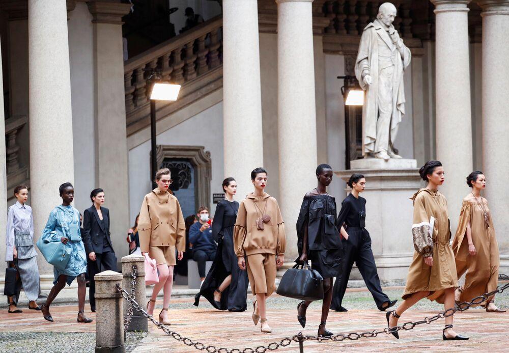 Delle modelle presentano la collezione Max Mara primavera-estate 2021durante la Settimana della Moda Milano