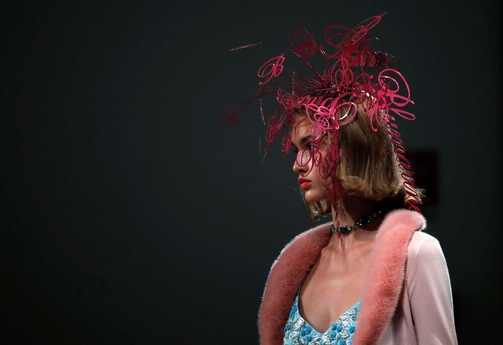 Una  modella presenta un abito della collezione Blumarine primavera-estate 2021durante la Settimana della Moda Milano