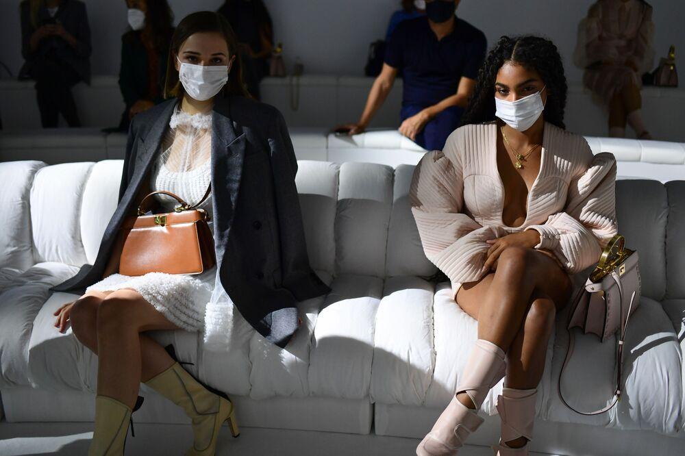 Spettatori durante la Settimana della Moda Milano