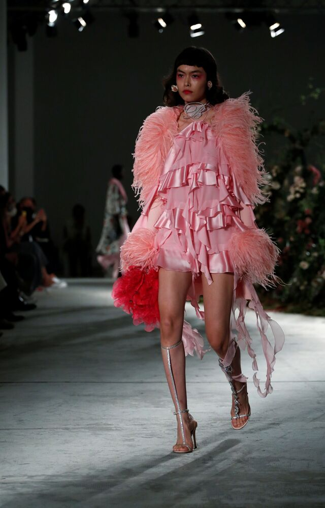 Una modella presenta la collezione Blumarine durante la Settimana della Moda Milano