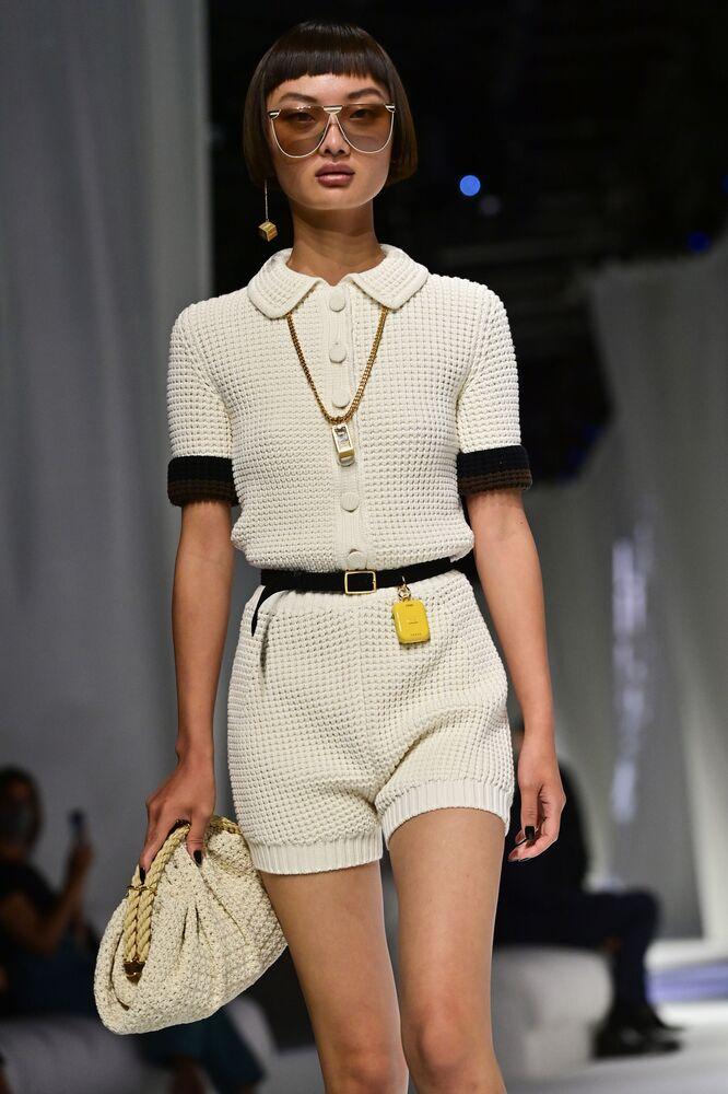 Una modella presenta la collezione Fendi durante la Settimana della Moda Milano