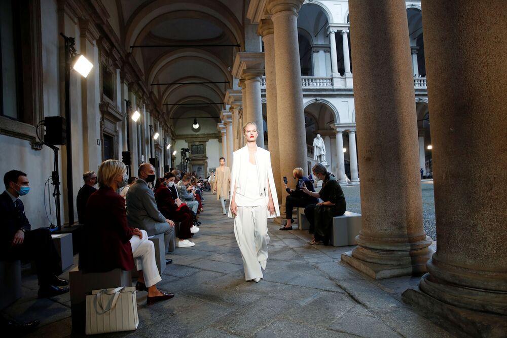 Delle modelle presentano la collezione Max Mara durante la Settimana della Moda Milano