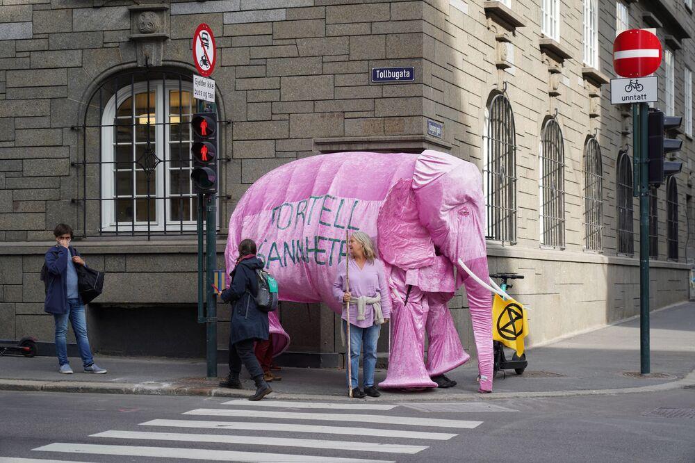 I partecipanti del movimento climatico Extinction Rebellion vestiti da elefante durante una protesta contro la politica petrolifera del governo norvegese