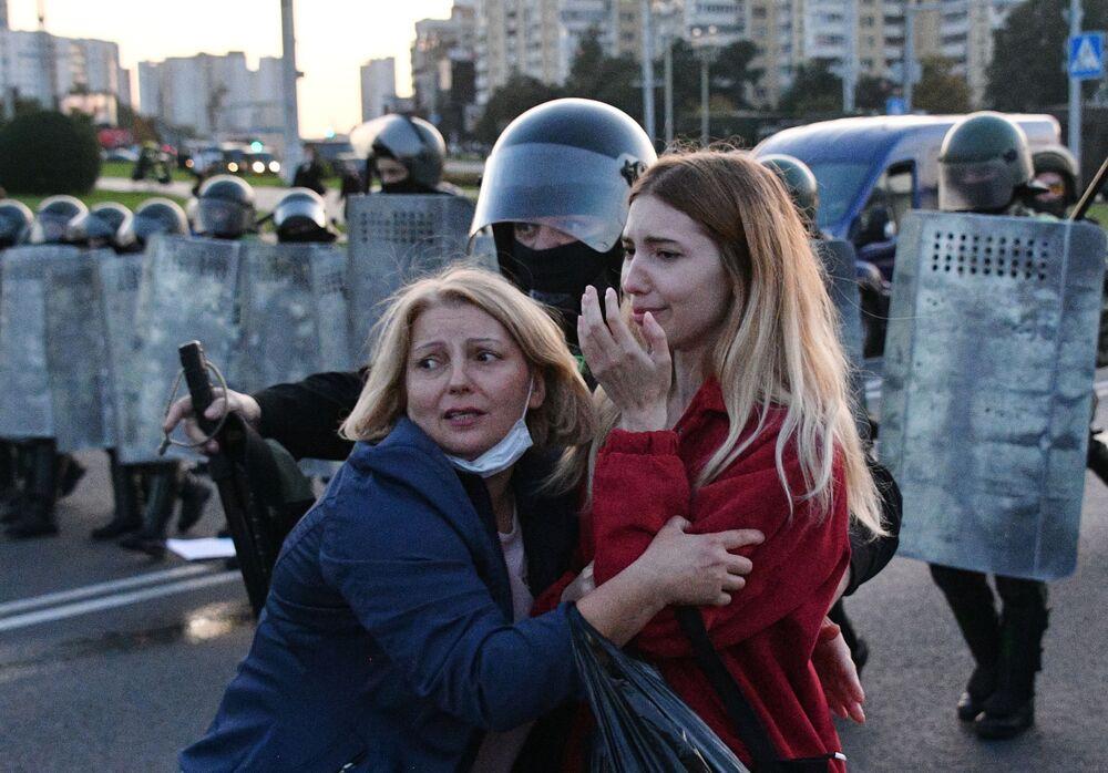 Agenti di polizia e partecipanti delle proteste a Minsk, Bielorossia