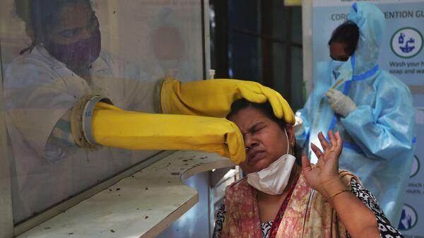 Медицинский работник проводит тест в Индии - Sputnik Italia