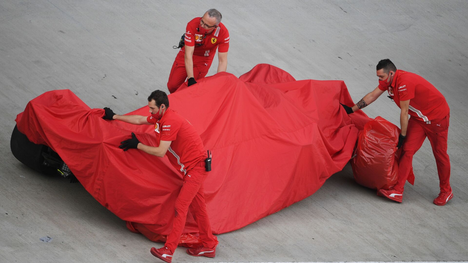 Meccanici Ferrari coprono la monoposto con i teli - Sputnik Italia, 1920, 18.06.2021